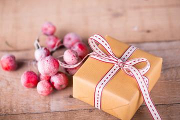 Weihnachtsgeschenk mit Deko auf Holz - Landhausstil