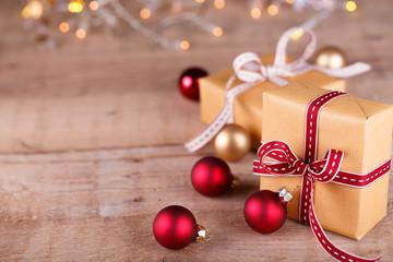 Natürliche Weihnachtsdeko auf Holz - Copyspace