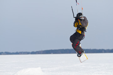 Man winter snowkiting