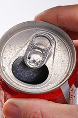 Abriendo una lata de refresco.