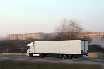 фургон на дороге
