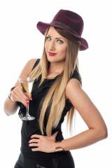 Frau mit Hut trinkt Sekt