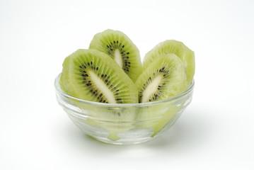 Kiwi cortado en rodajas en un bol