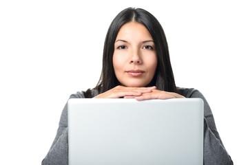 Freundliche Frau mit einem Laptop Computer