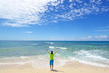 砂浜でエクササイズをする男性