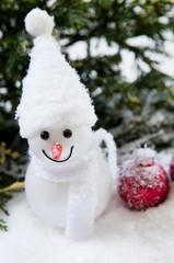 bonhomme de neige et boule rouge