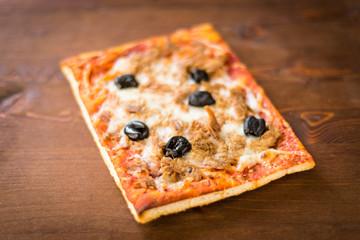 Pizza con tonno e olive nere