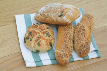 diversi tipi di pane su tavola di legno