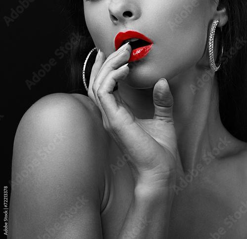 seksowna-mloda-kobieta-dotyka-seksualne-czerwone-wargi-palce
