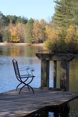 chaise au bord de l'eau