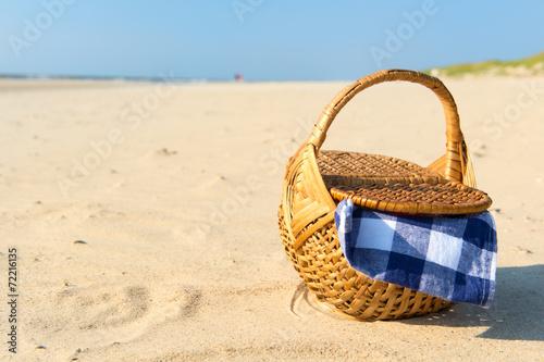 Leinwandbild Motiv Picnic basket at the beach