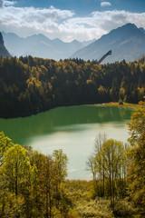 Skiflugschanze mit Wald, See und Berge