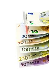 Euro- Geldscheine von 5 bis 500 vor weißem Hintergrund