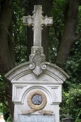Grabkreuz auf einem Friedhof