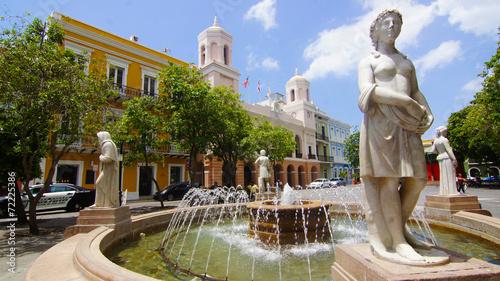 Deurstickers Caraïben Fuente con Estatua en Plaza del Viejo San Juan, Puerto Rico.