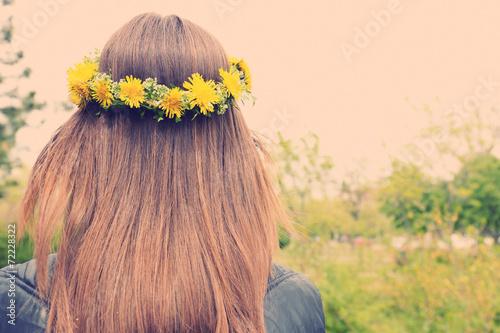Foto op Aluminium Paardebloem Female hair with crown of dandelions