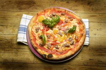 Pizza con peppers and salchicha Cucina italiana Expo Milano 2015