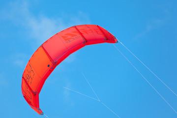 voile rouge de kite-surf sur fond de ciel
