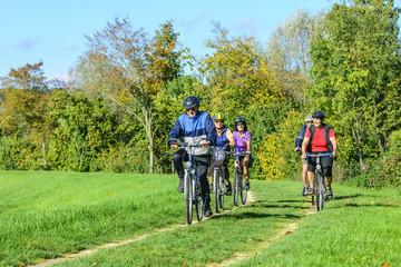 Senioren-Gruppe mit dem Rad unterwegs
