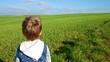canvas print picture - Junge genießt Ausblick in natur Variante