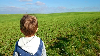 Junge genießt Ausblick in natur Variante