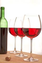Rotweingläser auf einer Tischplatte