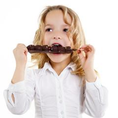 hübsches Kind mit Schokolade