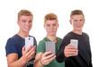 Drei Teenager mit Smartphones