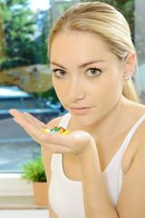 Patient mit Hand voller Pillen und Tabletten