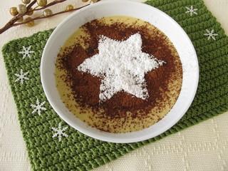 Tiramisu Dessert mit einem Stern aus Puderzucker