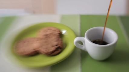 Caffè versato in tazzina, biscotti