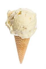 Eine Eistüte Macademiaeis isoliert auf weißem Hintergrund