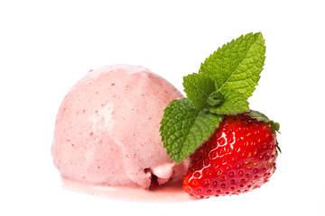 Eine Kugel Erdbeer - Sahne Eis mit Erdbeere und Minze isoliert a