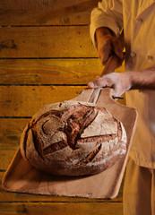 Panadero horneando pan.