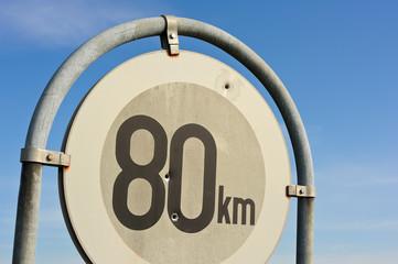 Loch von Projektil inn Verkehrszeichen