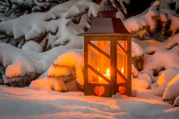 Laterne zu Weihnachten im Schnee