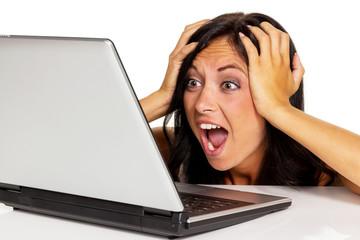 Frau hat Stress am Computer