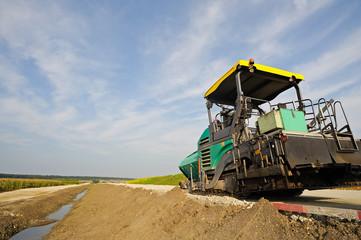 Baufahrzeug zum Asphaltieren auf neuer Straße