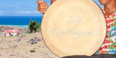 batteur de tambour devant case typique, île Rodrigues