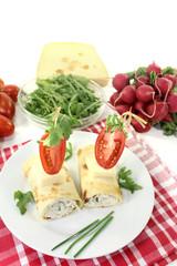 gefüllte Käse Crepe Röllchen mit Schnittlauch