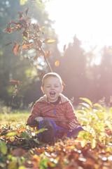 kind speelt tijdens de herfst