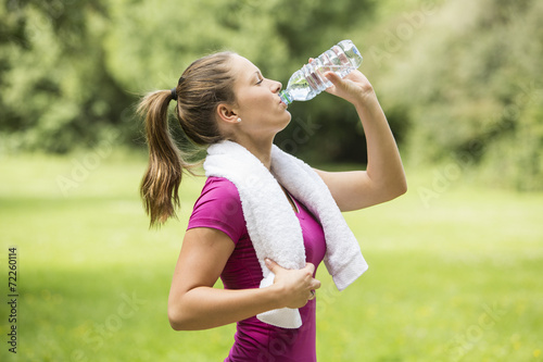 Athletic young woman drinking bottled water - 72260114