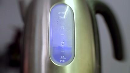 Acqua bolle in bollitore elettrico