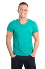 Lachender junger sportlicher Mann in Shirt grün freigestellt