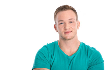 Portrait: junger glücklicher Mann mit Sommersprossen
