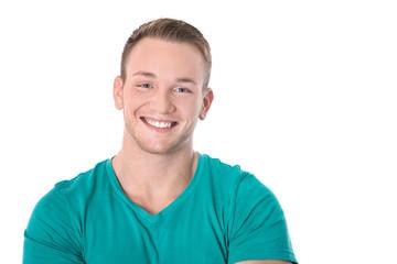 Lebensfreude: lachender junger Mann in grün mit weißen Zähnen