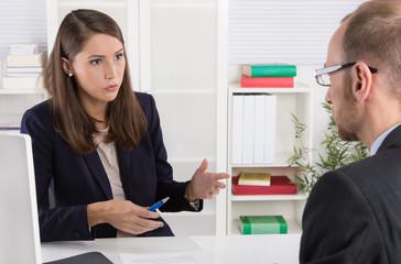 Zwei Personen im Büro: Gespräch Berater Kunde