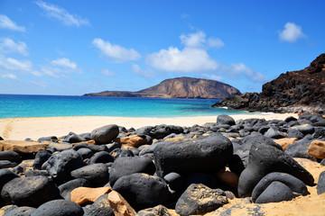 rocas en la playa de la concha en la isla graciosa