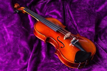 Скрипка на фиолетовом фоне.
