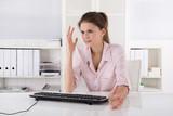 Verärgerte und frustrierte Frau im Büro: Passwort vergessen